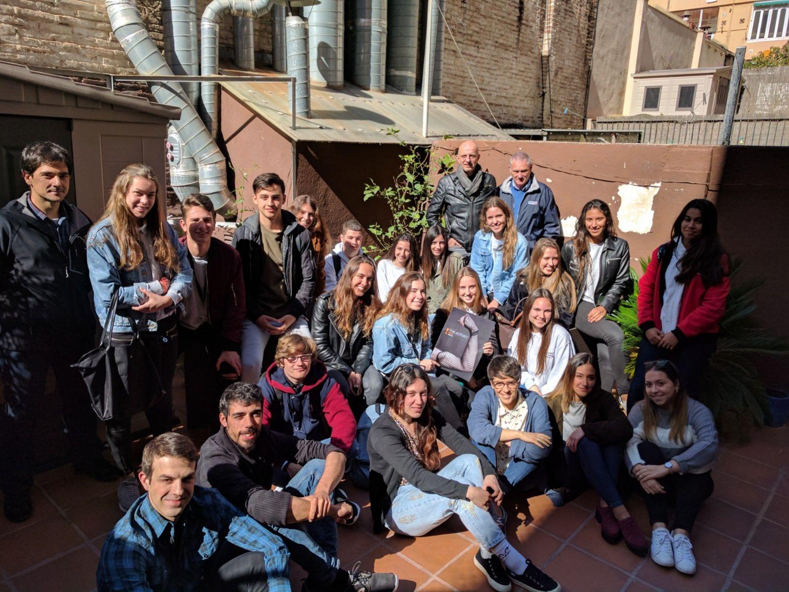 Estudiantes de bachillerato visitan la agencia para conocer como se trabaja en publicidad.